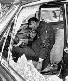 I corpi senza vita dell'autista e della guardia del corpo di Moro.