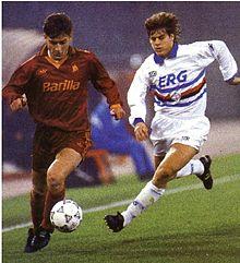 Totti, alla prima da titolare in maglia giallorossa, in azione contro il difensore blucerchiato Michele Serena nel 1993