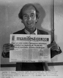 Valentino Parlato con una copia del giornale, 1983