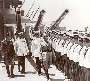 Taranto - 21 giugno 1942 - L'Ammiraglio Riccardi, fra il segretario del partito fascista Vidussoni e l'Ammiraglio Iachino (dietro Mussolini), passa in rassegna le rappresentanze degli equipaggi delle navi che hanno partecipato all'operazione del Mediterraneo orientale il 13-14-15 giugno 1942.