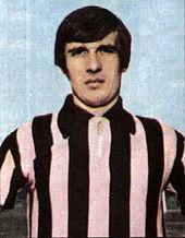 Una delle varianti utilizzate dal club nel corso della storia per la sua maglia rosanero, qui in versione palata.
