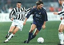 Laudrup in azione al Real Madrid nel 1996, inseguito dallo juventino Del Piero nel retour match dei quarti di Champions League.