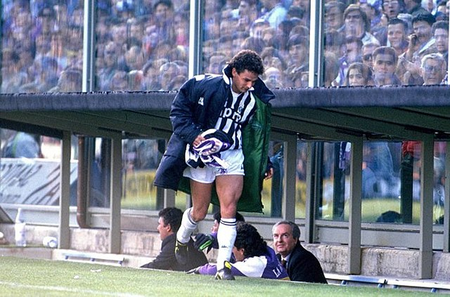 Roberto Baggio raccoglie la sciarpa viola - Fiorentina 1-0 Juventus 1990-1991