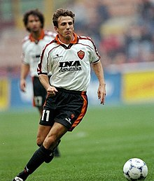 Di Francesco in azione alla Roma nel campionato 1998-1999