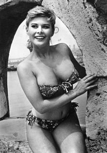 Marisa Allasio nel 1956 sulle sponde del Tevere, a Roma