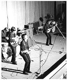 I Beatles nel 1965, Paul McCartney è quello più vicino all'obiettivo