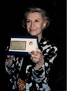 Giulietta Masina premiata al Giffoni Film Festival nel 1986.