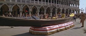 Bond in gondola/hovercraft a Piazza San Marco