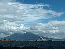 Lo Yacht A nel golfo di Napoli.
