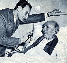 Alberto Collo ricoverato in ospedale poco prima della morte, intervistato dal radiocronista Rai Mario Pogliotti