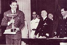 Nazzari riceve la coppa del Ministero della Cultura Popolare per il film Caravaggio, il pittore maledetto, si riconoscono il conte Volpi e il ministro Pavolini (1941)