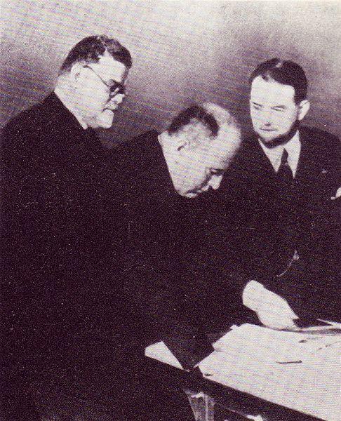 File:Gentile e Mussolini esaminano i primi volumi della Treccani.jpg