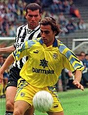 Cannavaro al Parma nel 1997, mentre difende la palla dall'intervento dello juventino Zidane.