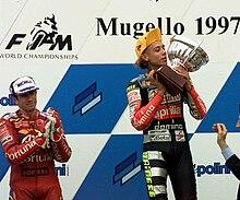 Rossi premiato come vincitore del Gran Premio d'Italia 1997 della Classe 125, alla sua destra, il secondo classificato Jorge Martínez