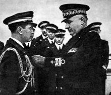 Carlo Bergamini decora un ufficiale