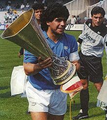 Diego Armando Maradona con la Coppa UEFA 1988-1989