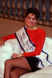 Simona Ventura nel 1988, rappresentante italiana a Miss Universo, durante un'intervista televisiva a Domenica in.