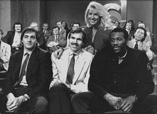 Maria Teresa Ruta alla conduzione della Domenica Sportiva nella seconda metà degli anni ottanta, assieme ai cestisti Premier, D'Antoni e McAdoo.