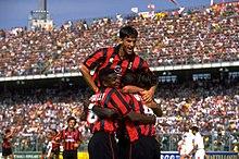 Panucci al Milan nel 1995, esultante assieme ai compagni di squadra sul campo di Padova.