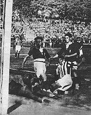 Pastore segna in scivolata il gol dell'1-0 nella finale Lega Nord Juventus-Bologna della Prima Divisione 1925-1926