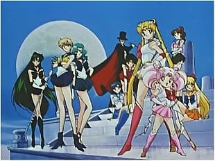 I protagonisti dell'anime. Da sinistra: Sailor Pluto, Sailor Uranus, Sailor Neptune, Sailor Mercury, Tuxedo Kamen, Sailor Mars, Sailor Moon, Sailor Chibimoon, Sailor Jupiter e Sailor Venus.