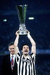 Vialli alla Juventus, nel 1993, mentre solleva la Coppa UEFA appena vinta.