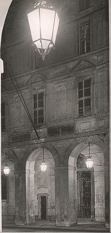Tipica illuminazione dei portici di via Po a Torino con i lampioni Settecento Grande, secondo il progetto di Guido Chiarelli - foto degli anni 60
