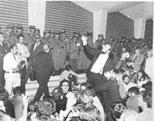 Marco Ferreri durante la contestazione del 1968 alla Mostra Internazionale d'Arte Cinematografica di Venezia.