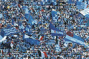 4b5392fcaea22 I tifosi azzurri gremiscono gli spalti dello Stadio San Paolo il 10 maggio  1987