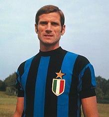 Il calciatore Giacinto Facchetti, nella stagione 1966-1967, mostra sulla maglia lo scudetto e la stella.