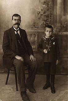 Salvatore Fiume a cinque anni, con il padre Luciano