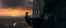 King Kong (Andy Serkis) con Ann Darrow (Naomi Watts) in cima all'Empire State Building.