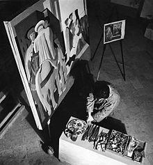 Salvatore Fiume nel 1950 a Canzo, mentre esegue uno dei pannelli del ciclo di opere commissionate da Bruno Buitoni Sr sul tema Le avventure, le sventure e le glorie dell'antica Perugia, ora custodite nella Sala Fiume di Palazzo Donini a Perugia