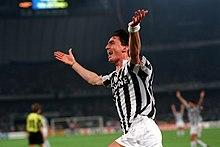 Dino Baggio alla Juventus, esultante dopo il suo secondo gol nella vittoriosa finale di ritorno della Coppa UEFA 1992-1993.