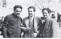 Federico Fellini (a sinistra) con Moraldo Rossi (a destra) sul set de Lo sceicco bianco, al centro l'attore Leopoldo Trieste.