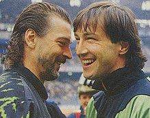 Tacconi (a sinistra) saluta il collega Walter Zenga — con cui visse una istrionica rivalità[19] — prima del derby d'Italia del 28 novembre 1990.