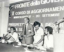 Almirante a un corso di aggiornamento del Fronte della Gioventù nel 1981, in compagnia di un giovane Gianfranco Fini alla sinistra, a destra Maurizio Gasparri e seduto Almerigo Grilz