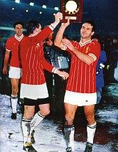 Cabrini, coi compagni di squadra Tardelli e Brio, mostra la targa della Supercoppa UEFA 1984
