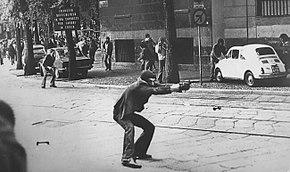 Un'immagine di Giuseppe Memeo (tra le più rappresentative degli anni di piombo) nel mezzo di una sparatoria del 14 maggio 1977, durante una manifestazione di gruppi di movimenti di autonomia a Milano, la fotografia è di Paolo Pedrizzetti