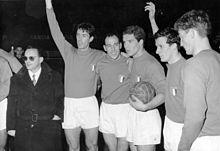 Maldini (secondo da sinistra) in nazionale nel 1962, assieme al CT Fabbri e ai compagni Pascutti, Orlando, Fogli e Sormani.