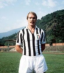 info for 7a97b f9475 Romeo Benetti posa con la divisa degli anni 1970  tornano tessuti attillati  e strisce più strette.