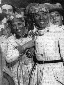 Tazio Nuvolari (a sinistra) insieme al suo meccanico Giovanni Battista Guidotti dopo la vittoria nel 1930 alla Mille Miglia