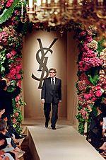 Lo stilista Yves Saint Laurent durante una sua sfilata di moda.