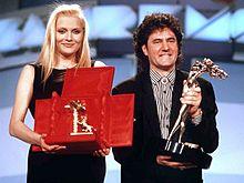 Anna Oxa e Fausto Leali premiati come vincitori del Festival di Sanremo 1989 con Ti lascerò