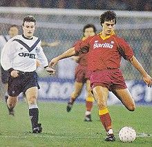 Deschamps (a sinistra) al Bordeaux nel 1990, mentre insegue il romanista Thomas Berthold durante un incontro di Coppa UEFA.