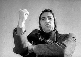 La celebre scena in cui Alberto Sordi fa il gesto dell'ombrello
