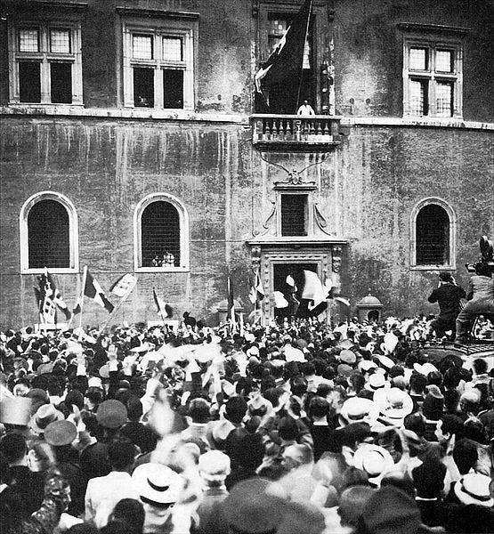 File:Mussolini a Palazzo Venezia nel 1936.jpg