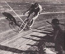 7 novembre 1942. Al Velodromo Vigorelli di Milano Fausto Coppi stabilisce il nuovo record dell'ora con 45,798km.