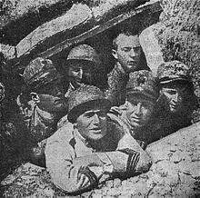 Mussolini caporale in una trincea sul Carso