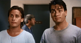 Emilio Estevez e Charlie Sheen in una scena del film